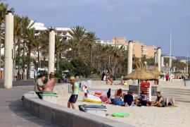Un agente fuera de servicio reduce a un hombre agresivo en la Playa de Palma