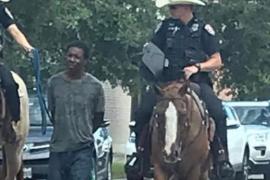 Polémica racista en Texas: Dos policías a caballo trasladan atado a un hombre negro detenido