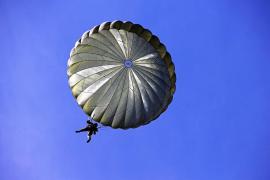 Muere tras colarse en una cementera, saltar desde lo alto y no abrirse su paracaídas