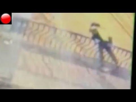 Una pareja muere al caer desde un puente mientras se daba un beso