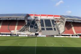 El viento derrumba la cubierta del estadio del AZ Alkmaar