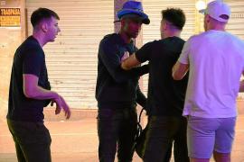 Seis jóvenes retienen a un hombre que les robó un móvil en Punta Ballena