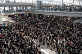 Las protestas dejan sin vuelos el aeropuerto de Hong Kong