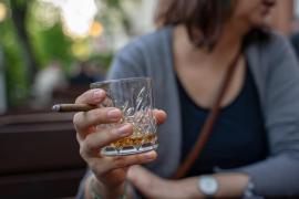 La ministra de Sanidad propone endurecer las leyes sobre el consumo de tabaco y alcohol