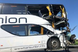 Retenciones importantes por un choque entre un autocar y un camión en Palma