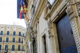Cort restaura uno de los escudos de su fachada