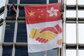 Un activista francés escala un rascacielos de Hong Kong para llamar a la reconciliación
