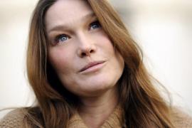 Carla Bruni se queja a los medios por la publicación de unas   fotos de su hija