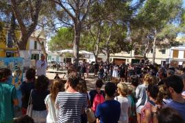 Concentración vecinal contra la apertura y de hoteles de interior en Portocolom