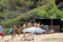 El chiringuito de Cala Varques sigue abierto a pesar de la multa de cien mil euros