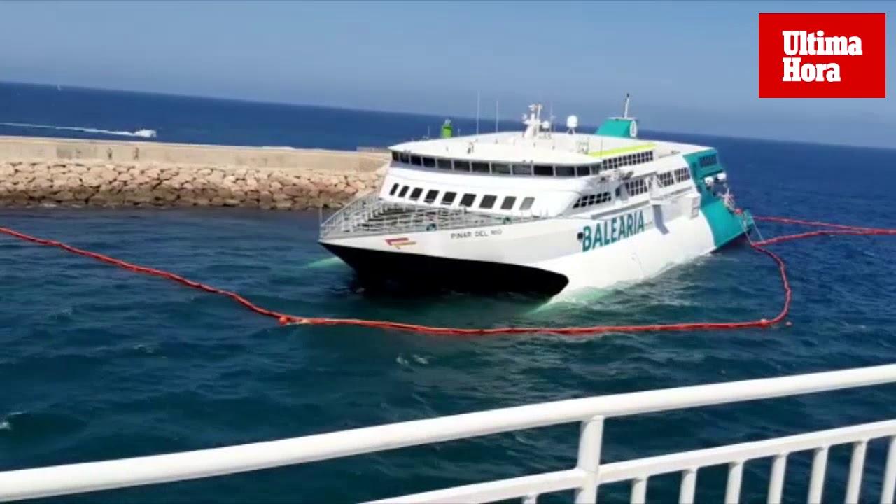 Evacuan ilesos a los tripulantes de un ferri encallado que partía de Baleares