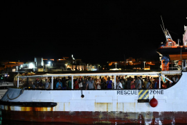 Los inmigrantes del Open Arms ya han desembarcado en Lampedusa