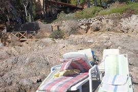 Ocupan con hamacas una zona pública en la Costa del Pins