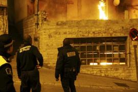 Desalojado un piso en el Camí de Gènova, en Palma, tras un incendio en un local abandonado