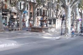 Un hombre desnudo se baña en la fuente de La Rambla de Palma