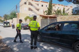 El desmantelamiento de una fiesta ilegal en Sant Josep, en imágenes (Fotos: Marcelo Sastre).