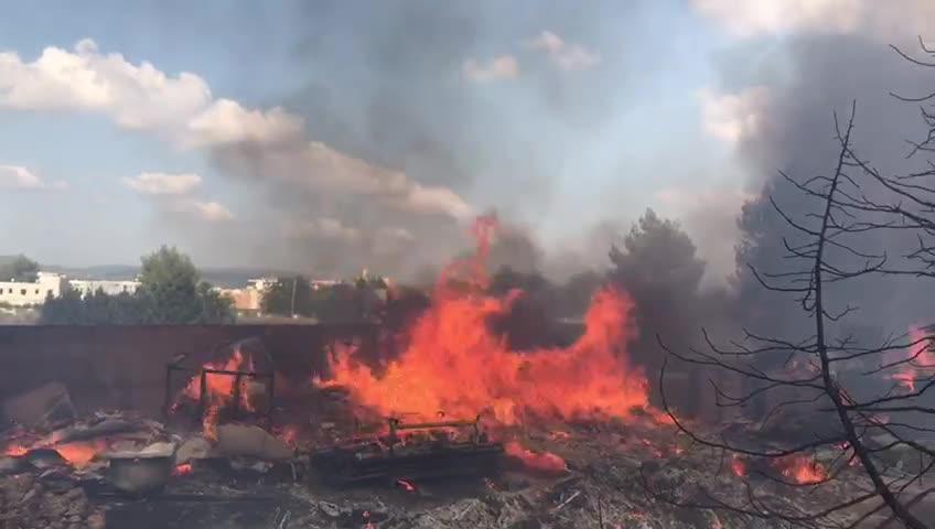 Fuego, tensión y desalojos en Cala de Bou