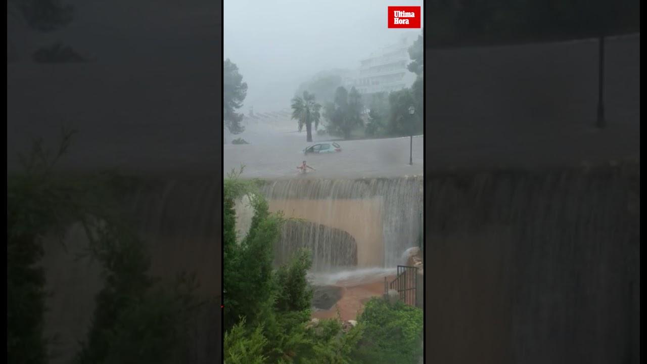 Una conductora abandona su coche a nado en Cala d'Or