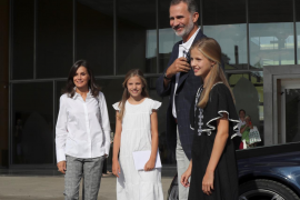 Los reyes y sus hijas visitan a don Juan Carlos en el hospital