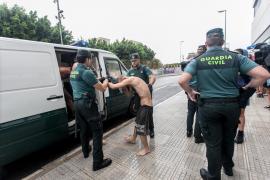 El paso a disposición judicial de los detenidos en la fiesta ilegal de Comte, en imágenes (Fotos: Daniel Espinosa).