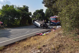 Una conductora atrapada tras volcar su coche en sa Pobla