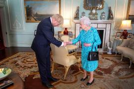 La reina Isabel II aprueba la suspensión del Parlamento británico