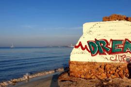 Los vecinos denuncian pintadas en primera línea de sa Ràpita