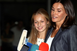La reina Letizia encuentra a don Juan Carlos «muy hablador» esperando el alta