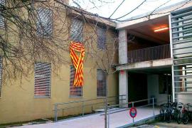 Educació obliga a los centros educativos a retirar los lazos en favor del catalán