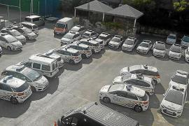Más de 40 coches de policía esperan para ser reparados en el cuartel de Sant Ferran