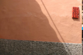Cort elimina la pintada antiturística de la calle dels Oms de Palma