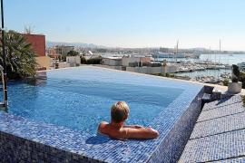 Cort pretende limitar las piscinas en terrados y en casas entre medianeras