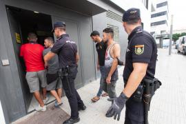 Trasladan a la Península a los inmigrantes llegados en patera a Ibiza