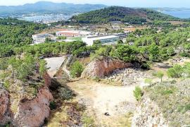 Sant Antoni retira los contenedores de basura acumulados en Can Coix en la pasada legislatura