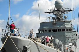El navío de la Armada 'Infanta Cristina' se muestra al público