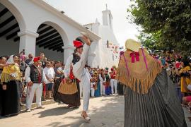 Cientos de vecinos y turistas celebran por todo lo alto el día grande de Jesús