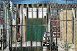 Multan a un preso por agredir a tres funcionarios en la cárcel de Palma