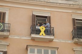 Més per Mallorca cuelga un lazo amarillo en el Parlament