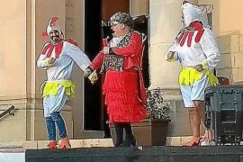 El expresidente del Parlament se disfraza de 'gallina Turuleca' para un show infantil