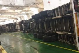 Camiones volcados por el temporal en la bodega de un barco que ha atracado en Palma