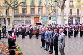 Ofrenda floral con el himno español sonando desde un balcón en la Diada de Cataluña