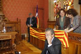 Ordenan retirar la bandera catalana que el PSM había colocado en el pleno del Consell