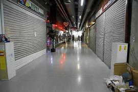 Cort obliga a cerrar este jueves a los comercios de las galerías de la Plaça Major en alquiler