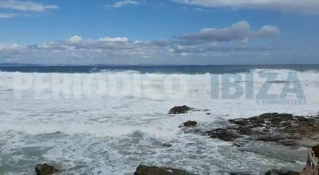 Una ola se lleva por delante a dos turistas en Formentera