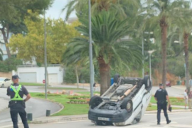 Aparatoso vuelco de un coche en Cas Català