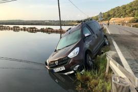 Un coche cae a un canal de ses Salines
