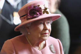 La reina Isabel devuelve un mono de juguete perdido a una niña australiana