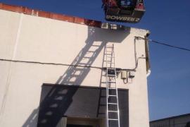 Los bomberos rescatan a un trabajador de un tejado en Palma