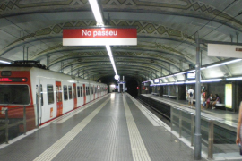 Un menor apuñalado tras una pelea en el vestíbulo de metro de Plaza Catalunya