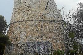 El deterioro y la pintadas en la Torre Esbucada de Capdepera hacen peligrar su continuidad